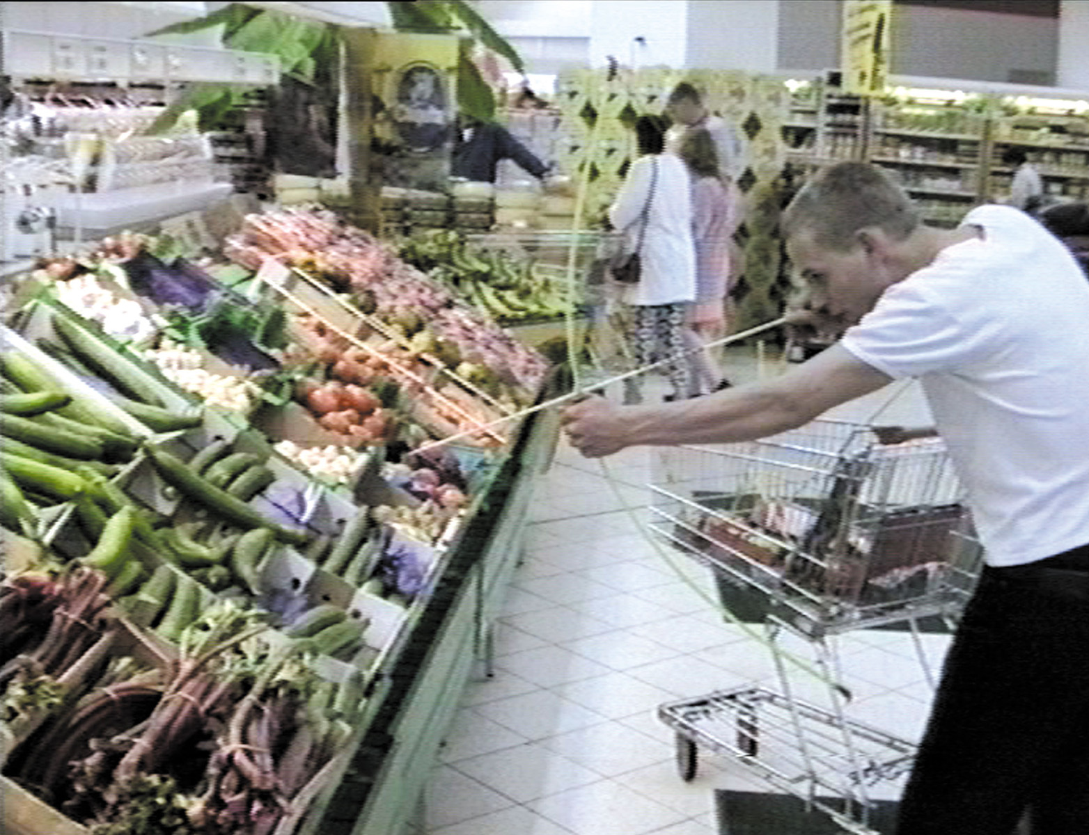 Die Jagd (1992) In the supermarket, Jankowski hunts for his groceries with bow and arrow, but not without paying for everything correctly at the cashier.