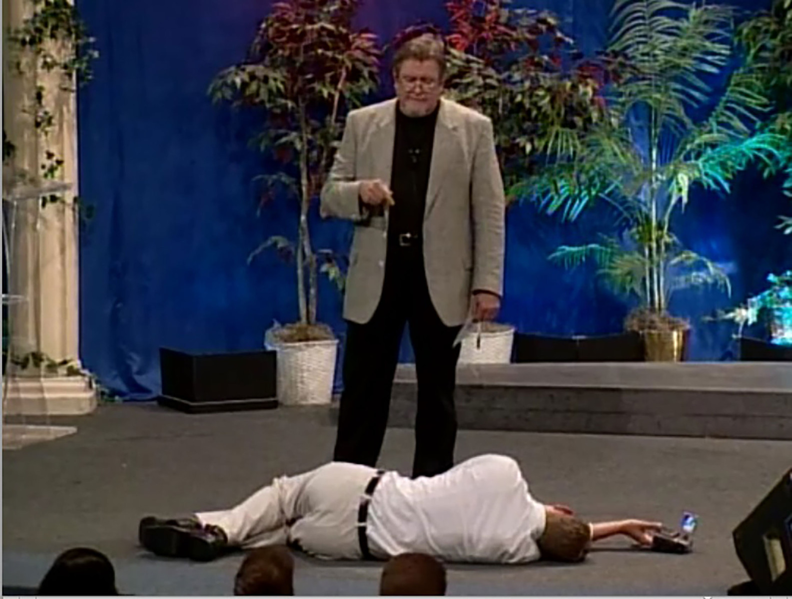 (EN) The Holy Artwork (2001) A Texan televangelist performs his weekly show, preaching about the holy works, with Jankowski lying at his feet, questioning prayer and performance, art and belief.