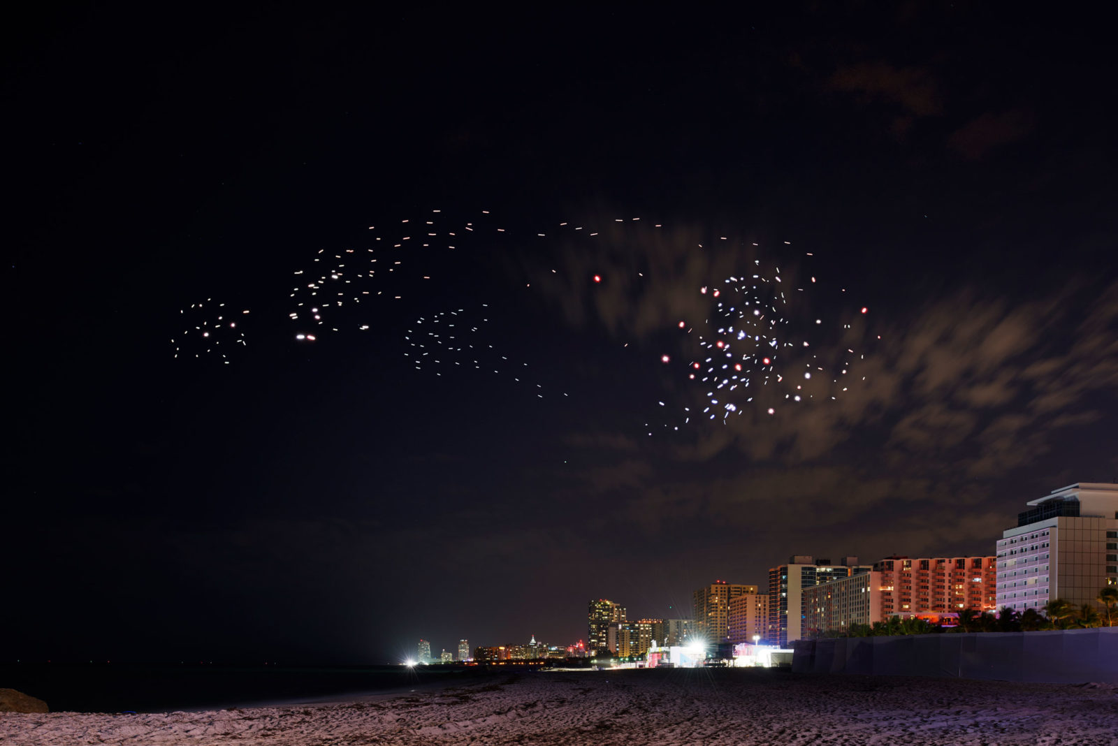 (EN) Franchise Freedom – A swarm of 300 autonomous drones roams free over Miami Beach © BMW Group